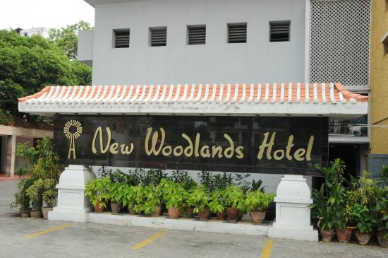 New Woodlands Hotel: Entrance Sign