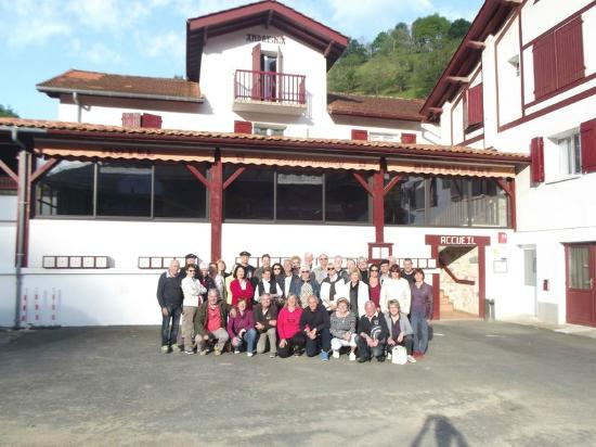 Hotel Andreinia : Notre groupe devant l'Andreinia à Esterençuby