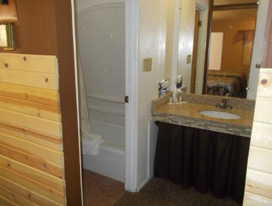 Two Rivers Inn: Double Bathroom