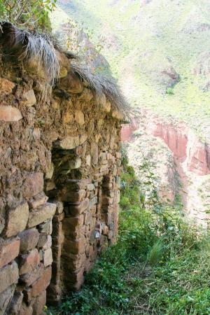 Encuentros Andinos: Ruins near the cave