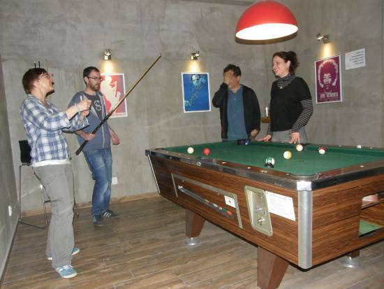 Mojo Inn: night at bar