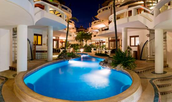 Playa Palms Beach Hotel: Playa Palms de noche