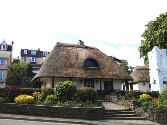 Marine Court Hotel : Thatched pub across the road
