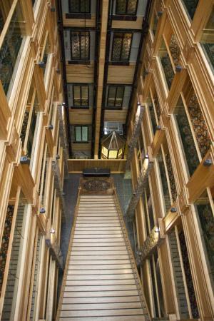Michlifen Ifrane Suites & Spa : L'escalier