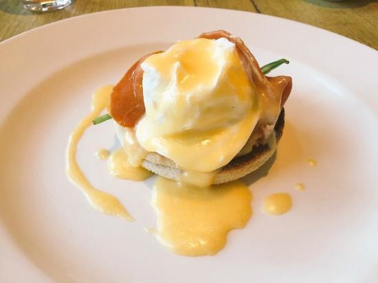 The Gallery Restaurant @ Stanton Manor Hotel: 朝食のエッグベネディクトはポーチドエッグが出来立てでとても美味しいです