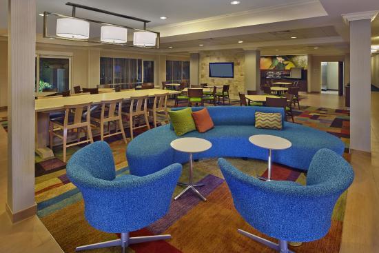 Fairfield Inn & Suites Boca Raton: Lounge Area in Lobby