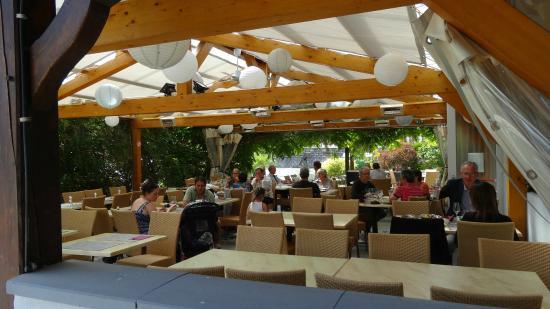 Haut-Rhin, France : la terrasse ombragée équipée de grands ventilateurs au plafond
