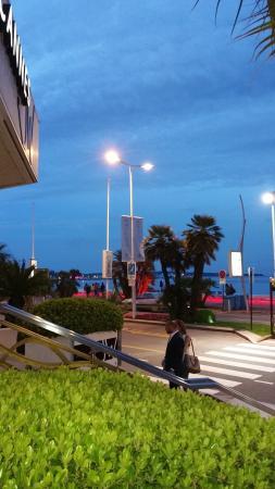 JW Grill Cannes: Entrée sur la Croisette, à côté du Carlton.