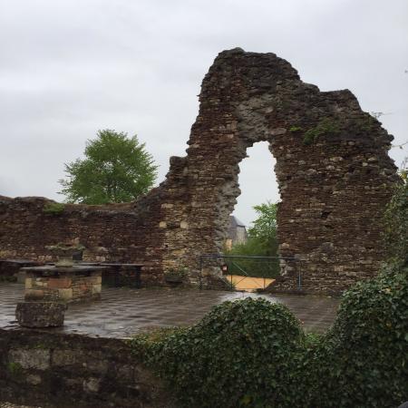 Latour, Bélgica: Adjoining ruin