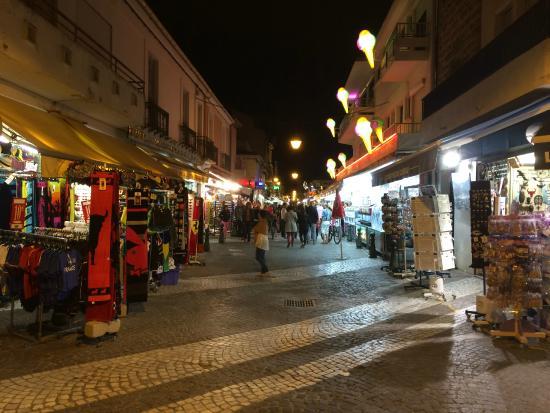La rue commercante de l 39 office du tourisme la nuit picture of l 39 huitre rieuse le grau du roi - Office du tourisme grau du roi ...