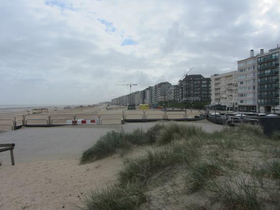 De Panne Beach: Beach with background
