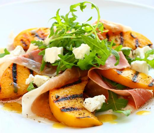Mountain Home Lodge Restaurant: Summer Grilled Peaches and Proscuitto Salad