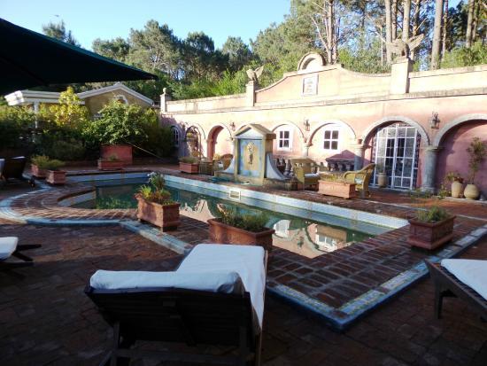 Villa Toscana Boutique Hotel: Piscina y área de desayuno.