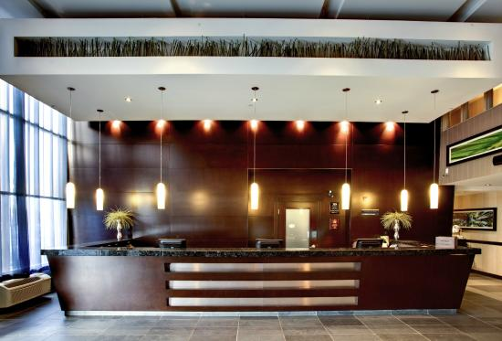 Sandman Hotel & Suites Calgary West: Front Desk