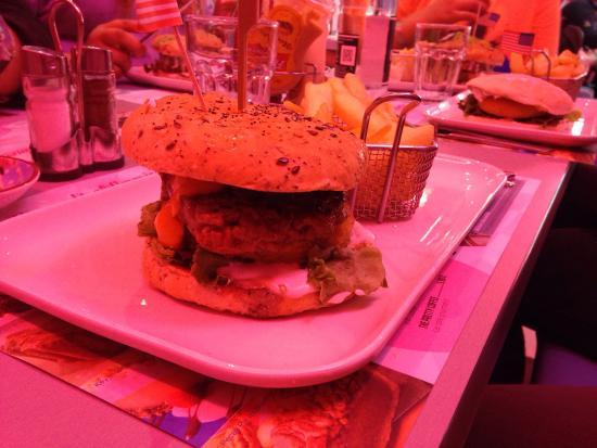 Twist Diner Cafe : Le Ptit nouveau avec sa pomme paillasse et sa sauce au chèvre !!!! Un délice .....