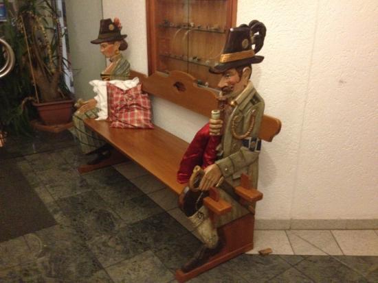 Hotel-Gasthof Maisberger: Banco ao lado do restaurante