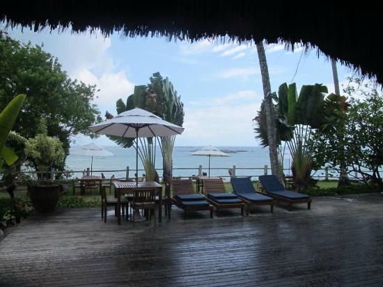 Villa dos Corais Pousada: Vista da praia em frente ao hotel