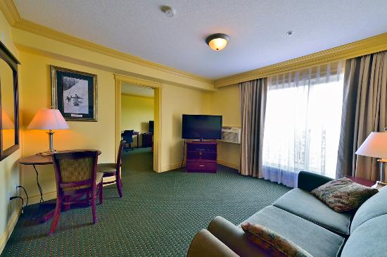 Quality Inn & Suites: Suite living room