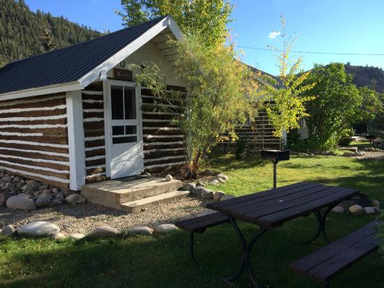 Three Rivers Resort: Our studio-style cabin. Small but quaint, with great outdoor space.
