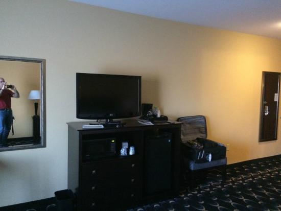 Holiday Inn Express & Suites Las Cruces North: TV and Entertainment / microwave / fridge area