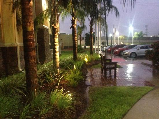 Best Western Plus Seabrook Suites : Landscaping outside front of hotel-- in the rain