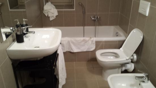 Bagno senza mensole senza appendini senza scopino per la tazza ecc ecc foto di residenza - Tazza del bagno ...