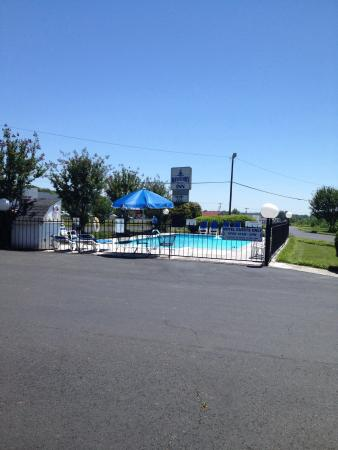 The pool is open picture of mayberry motor inn mount for Mayberry motor inn mt airy nc