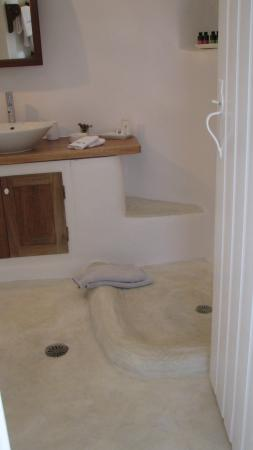 Perivolas: The open-shower splashes water all over the bathroom. Lots of nice toiletries and towels with tu
