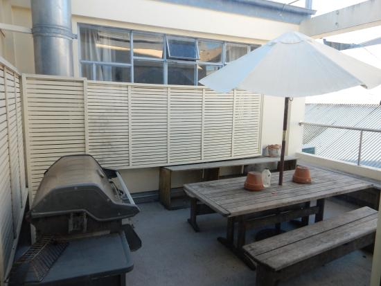 Archies Bunker Backpackers: Balkon mit BBQ Grill