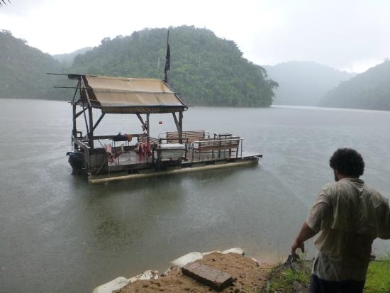 Martz Farm Treehouses and Cabanas Ltd.: At the dammed river with Las