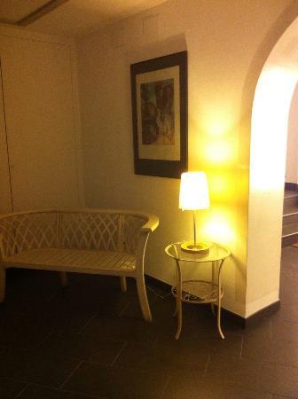 Carmen Hotel: Hall d entrée spacieux et élégant.