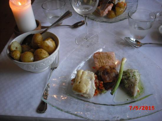 Laerkely Hotel: Hovedret, 3 slags lækker fisk.