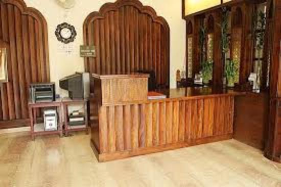 Hotel H.R. Palace: Reception desk
