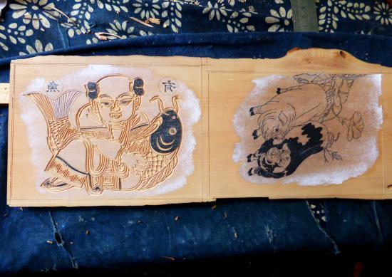 Yangjiabu Folk Culture Village: Woodcut in progress.