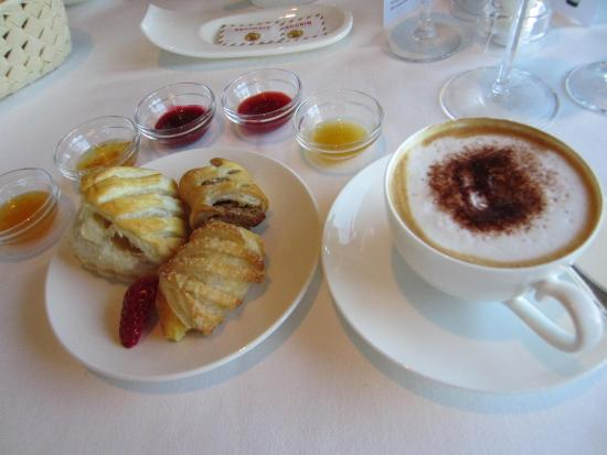 Parkhotel Sonnenhof: Cappuccino and hot Pastries!