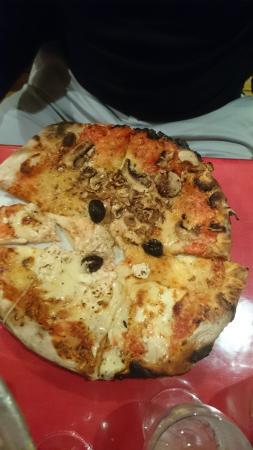 Chez Noël : excellente pizza moitié champignon moitié trois fromage