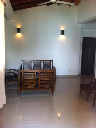 Unawatuna Beach Bungalow Hotel: Sitting area in the suite