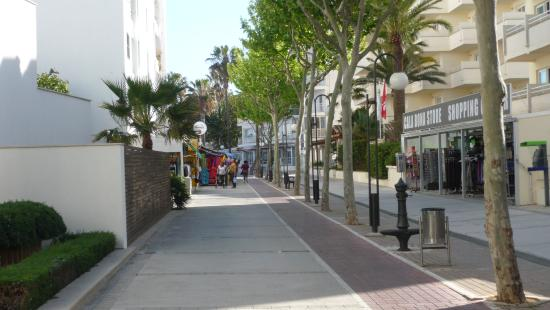 Gran Sol: Street outside hotel towards Cala Millor