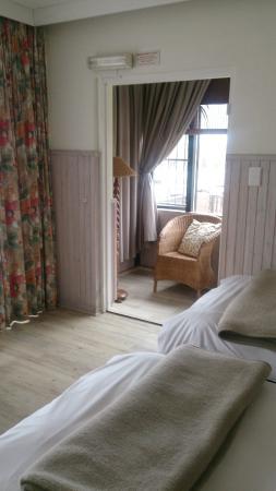 Hotel Pension Rapmund: Общий вид номера с видом на лоджию, а есть ещё и балкон с видом на океан