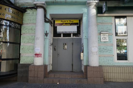 Night & Day Hostel Kiev : 入り口。非常に見つけやすい