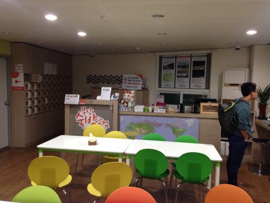 Busan Sukbak Dot Com Guesthouse: ゲストハウスのフロント