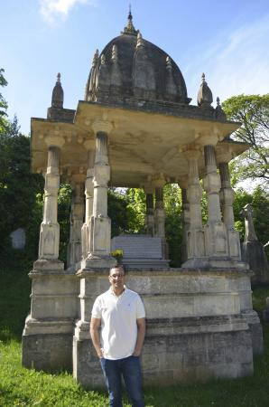 Raja Ram Mohan Roy Tomb: Front view of the tomb