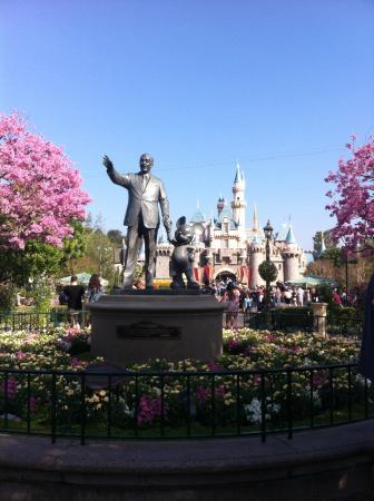 أنهايم, كاليفورنيا: Olha a estatua do Criador desse paraiso.