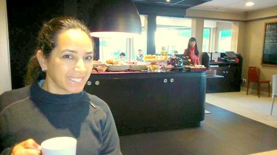 Campanile Dijon Est - Saint Apollinaire : No salão de café, Moveis moderno, adorei.