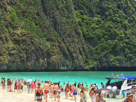 Ko Phi Phi Don, Tailandia: impossible to take a dream picture. This one is my best shot with the less people