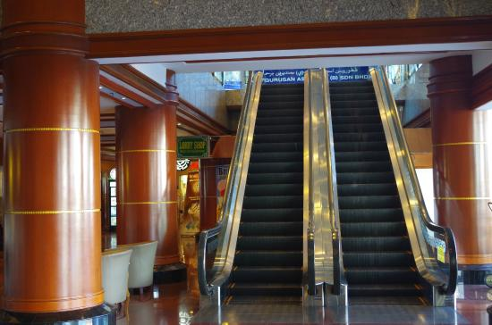 The Centrepoint Hotel: Escalator in the Lobby leading to shopping arcade