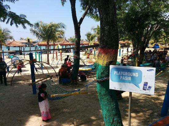 Pantai di WBL (Wisata Bahari Lamongan) di Jawa Timur