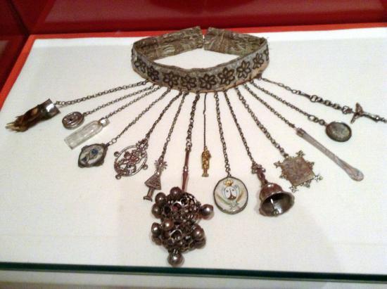 cinturón infantil con amuletos picture of museo de santa cruz