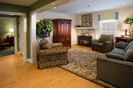 Inn at Kitchen Kettle Village: Cozy living area of The Hershey Suite