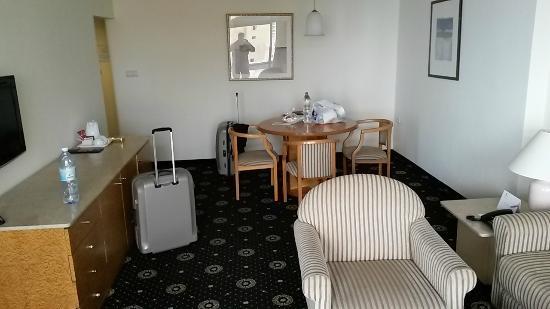 Seasons Netanya Hotel: Wohnbereich mit eigenem TV-Gerät
